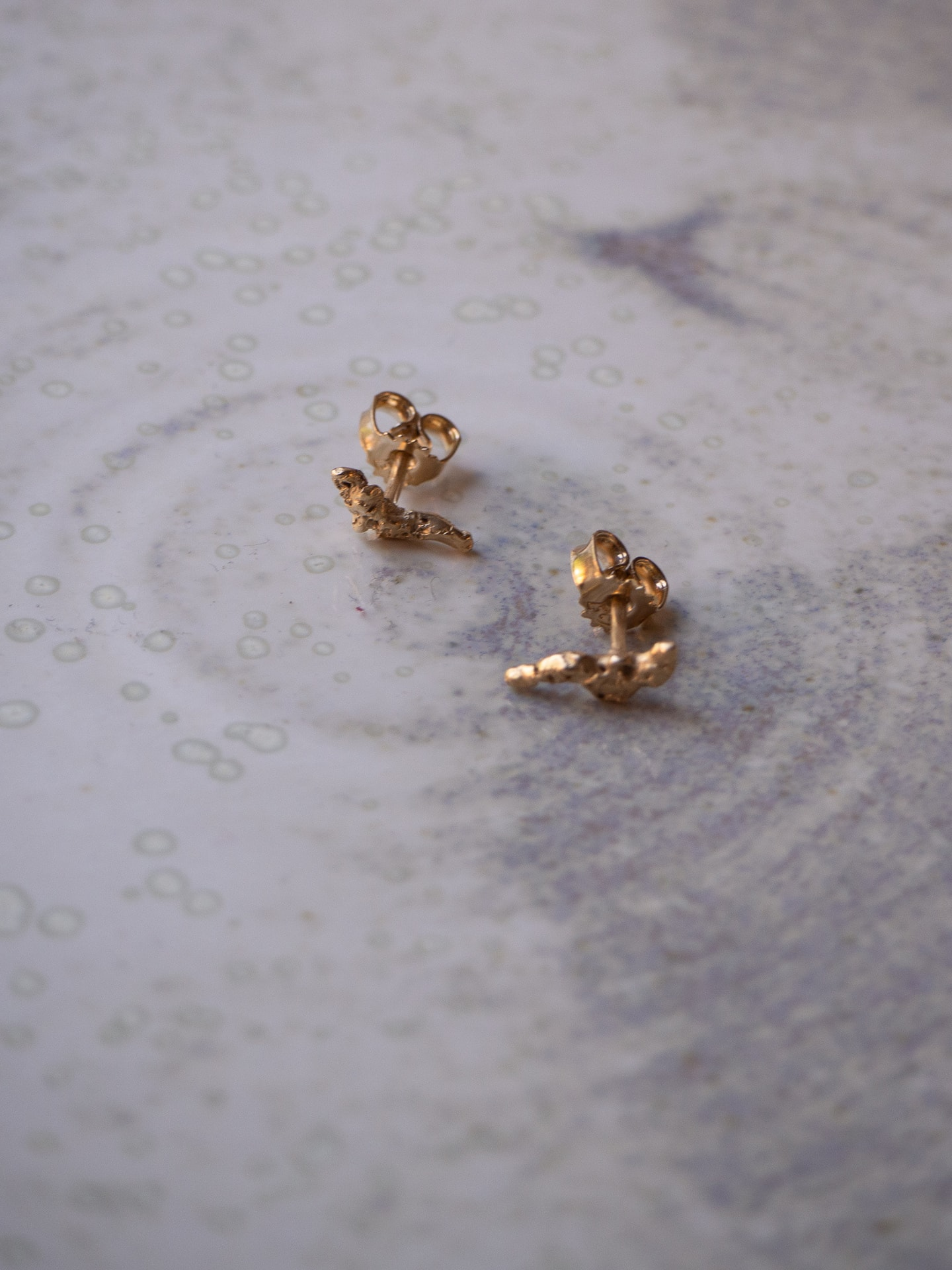 Rock on gold earstuds